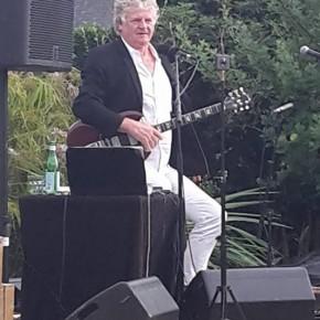 Rodolphe Burger sur l'île de Batz,  concert en soutien aux migrants.