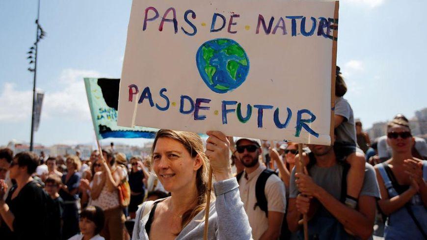 870x489_manifestations-en-faveur-du-climat-marseille_0